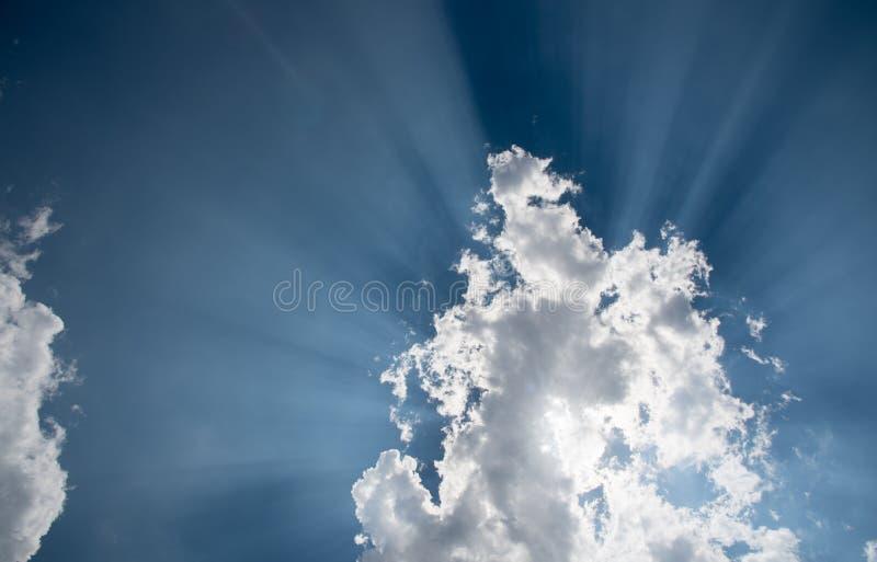 与白色云彩和太阳的蓝天发出光线 免版税库存照片