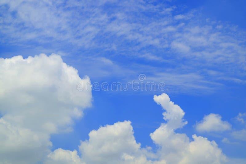 与白色云彩的充满活力的天空蔚蓝在一好日子 免版税库存图片