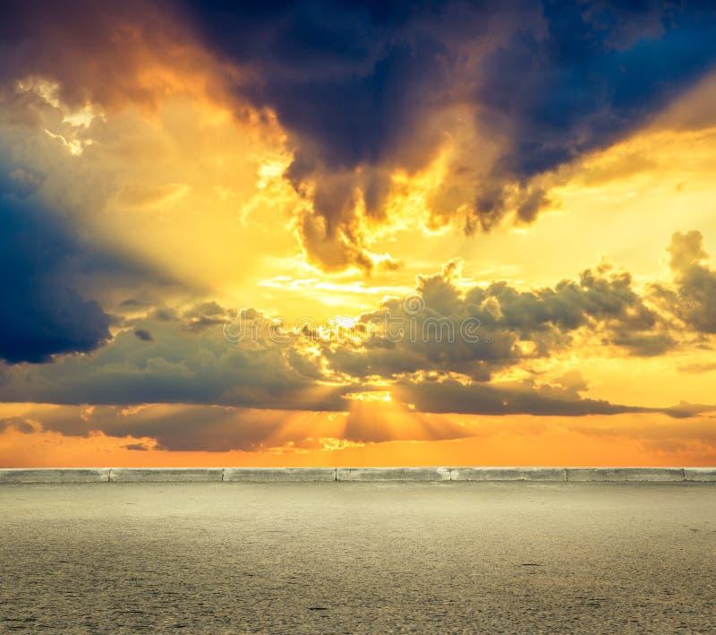 与白色云彩的天空在日落前 免版税库存图片