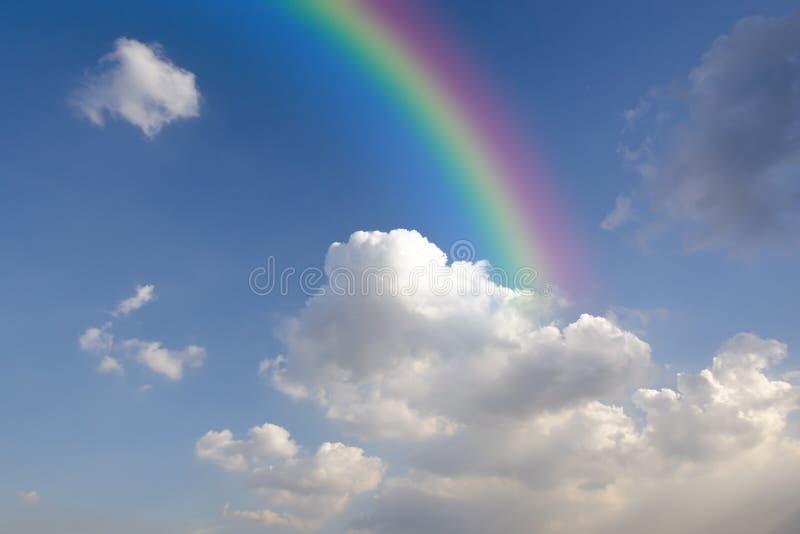 与白色云彩的清楚的蓝天与彩虹 库存照片. 图片 包括图片