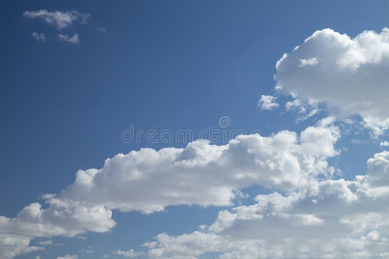 与白色云彩的神圣风景 免版税库存图片