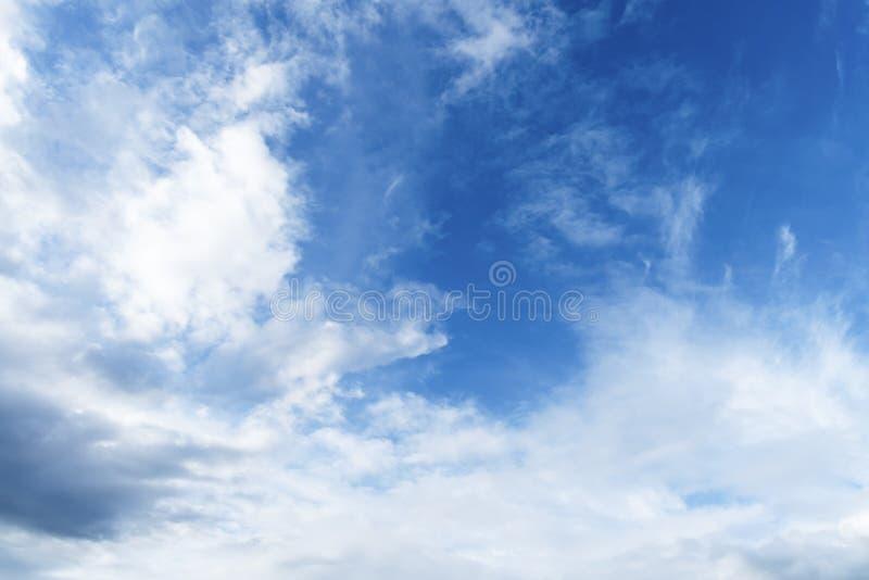 与白色云彩的蓝天 免版税库存照片