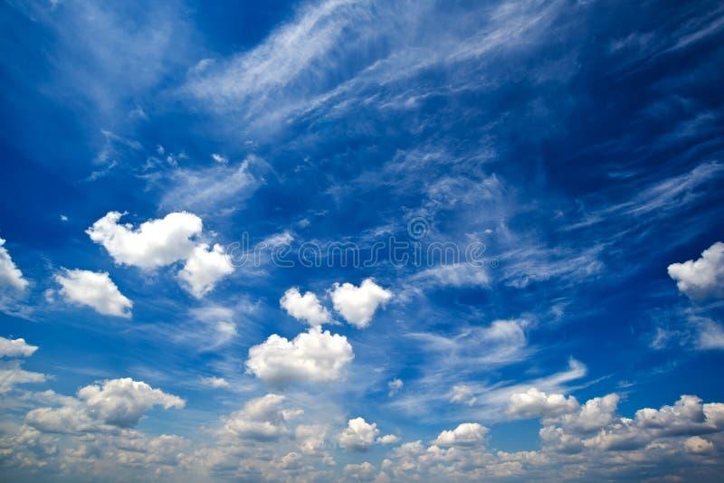 与白色云彩的蓝色白天夏天天空 库存照片