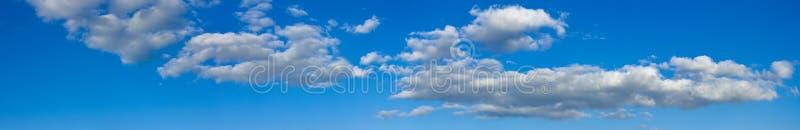 与白色云彩的蓝色晴朗的天空使横幅环境美化 库存图片