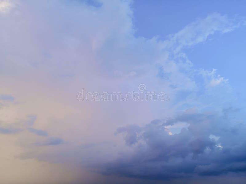 与白色云彩blackground的天空蔚蓝 库存照片