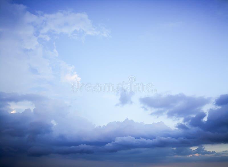 与白色云彩blackground的天空蔚蓝 库存图片