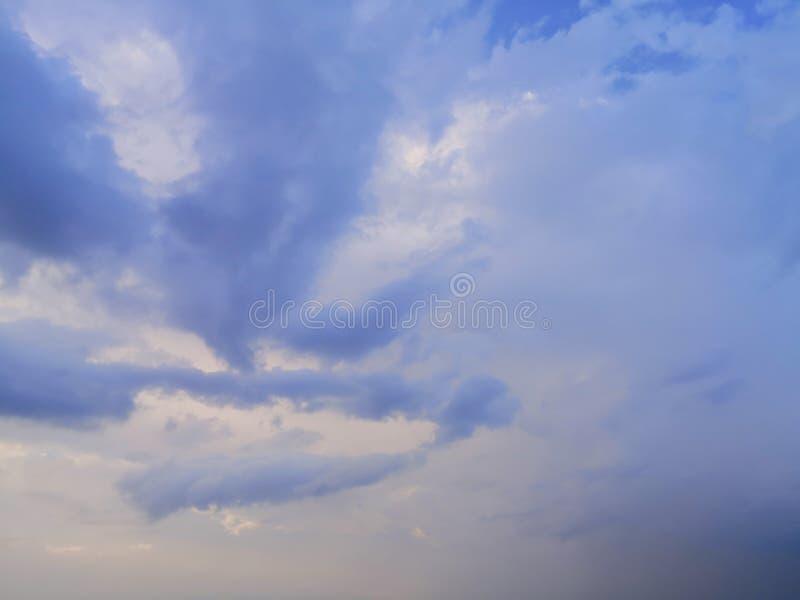 与白色云彩blackground的天空蔚蓝 免版税库存图片