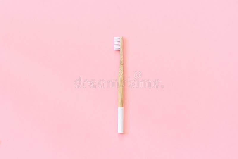 与白色刺毛的一把自然环境友好的竹刷子在纸桃红色背景 E 文本的拷贝空间或 库存图片