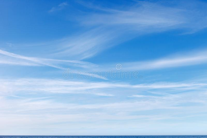 与白色卷云的美丽的蓝天 免版税库存照片