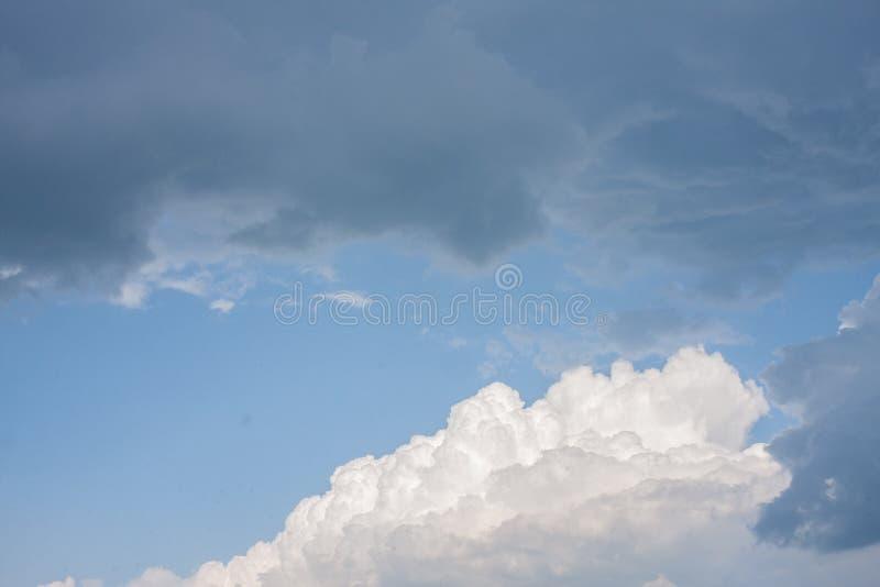 与白色和乌云的前风暴美丽的天空蔚蓝 免版税库存照片