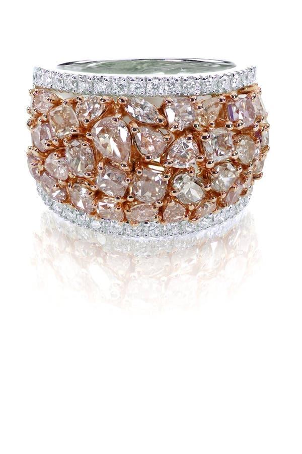 与白色和玫瑰色金子的美丽的桃红色和白色钻戒duotone 免版税图库摄影