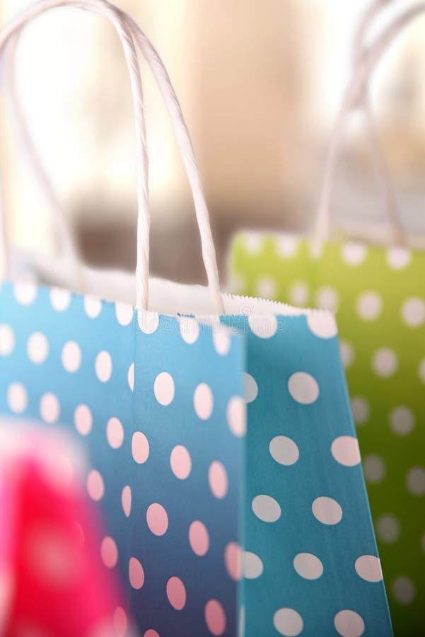 与白色圈子的购物的色的袋子特写镜头在购物中心 库存图片
