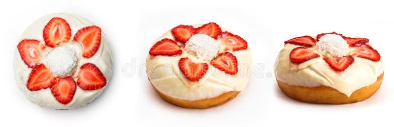 与白色奶油和草莓切片的多福饼,隔绝在白色背景 从三个不同角度的看法 免版税图库摄影
