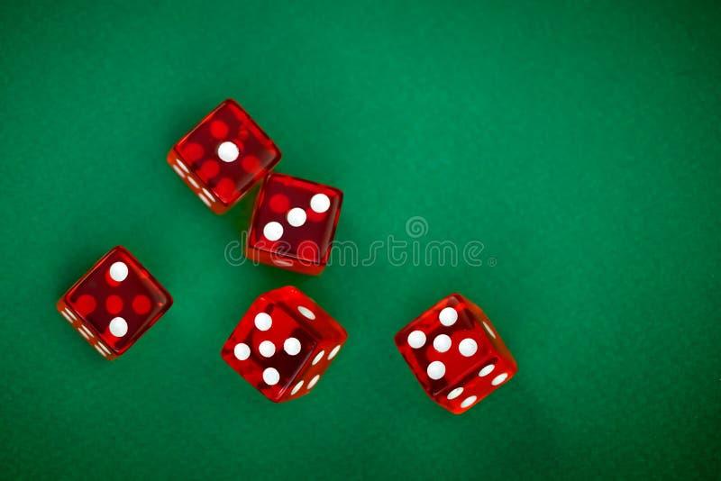 与白色小点的五辗压红色切成小方块 图库摄影