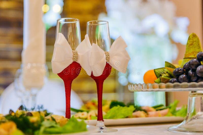与白色弓的婚姻的玻璃 免版税图库摄影