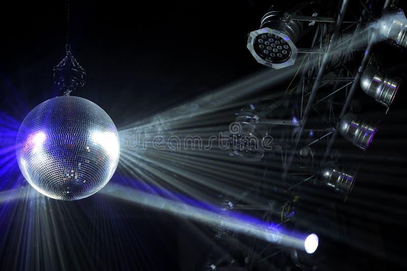 与白色明亮的光芒的迪斯科球 免版税图库摄影