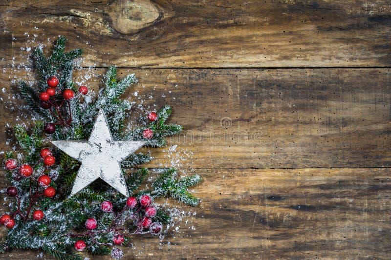 与白色星、冷杉分支和红色莓果装饰的圣诞节背景 库存图片