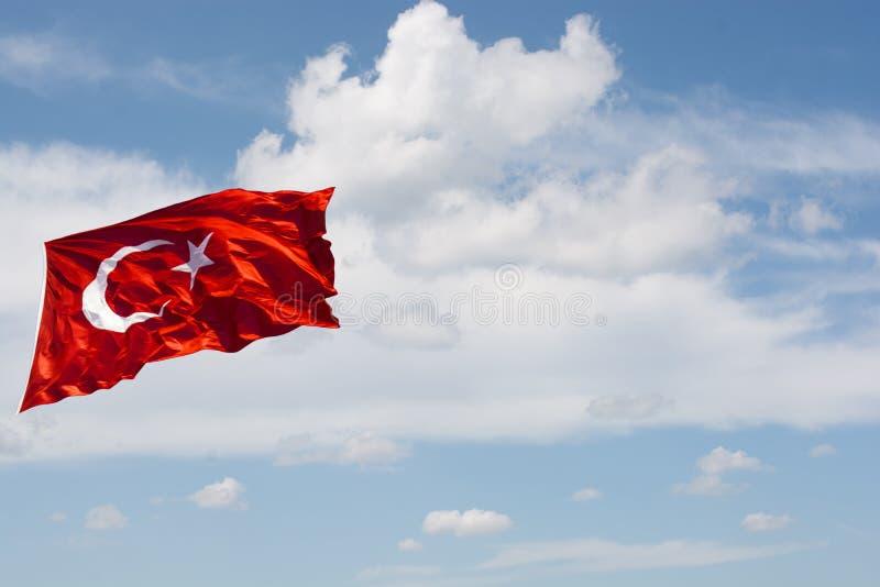 与白色星和月亮的土耳其国旗在天空 免版税库存照片