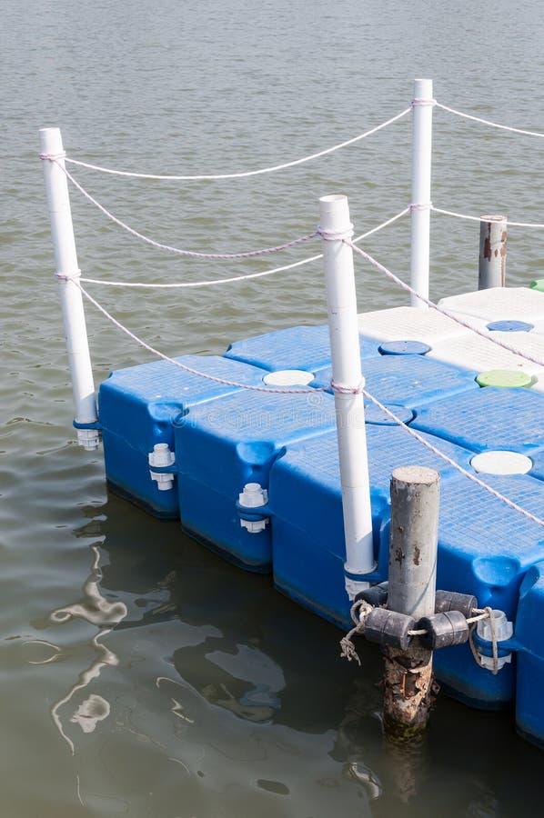 与白色杆的塑料浮船 库存图片