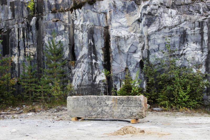 与白色条纹的灰色自然大理石在峡谷,储蓄,卡累利阿 以长凳的形式一个石酒吧休息  库存照片