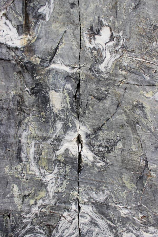 与白色条纹的灰色自然大理石在峡谷,储蓄,卡累利阿 免版税图库摄影