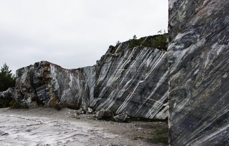 与白色条纹的灰色自然大理石在峡谷,储蓄,卡累利阿 免版税库存照片