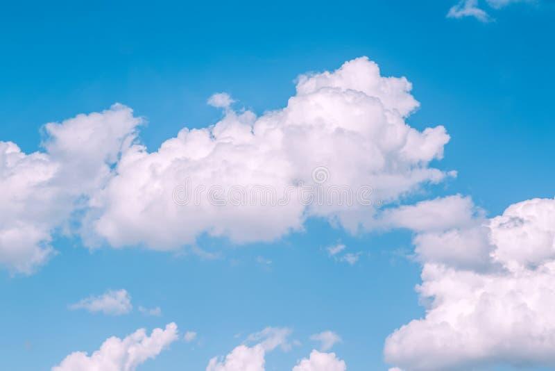 与白色桃红色云彩的蓝色蓝绿色天空 平静的镇静田园诗看法 免版税库存图片