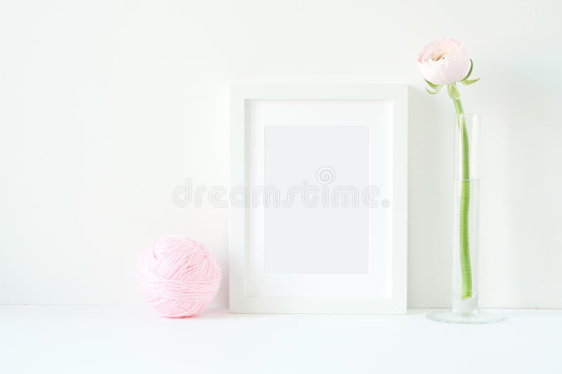 与白色框架和桃红色ranunculos的被称呼的大模型 库存照片
