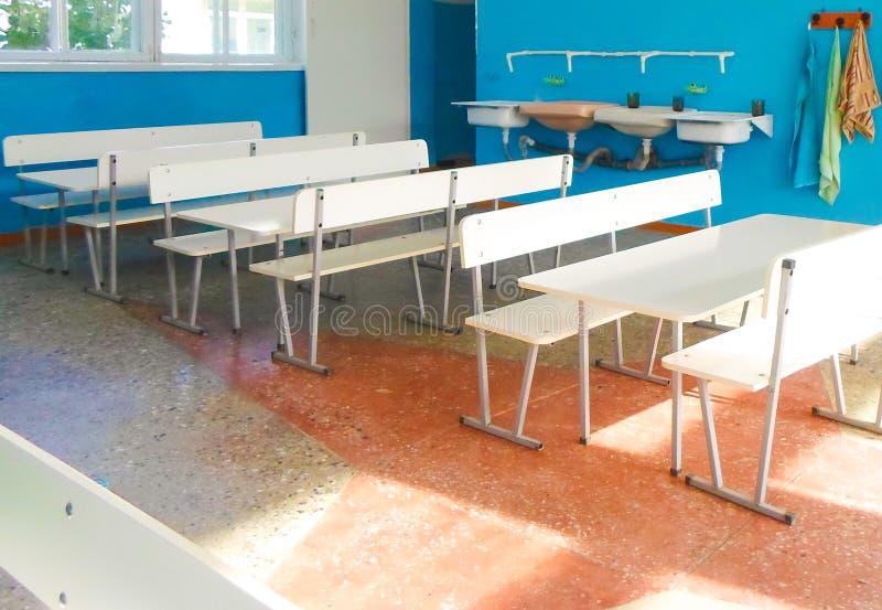 与白色桌和椅子的空的学校食堂 免版税库存照片