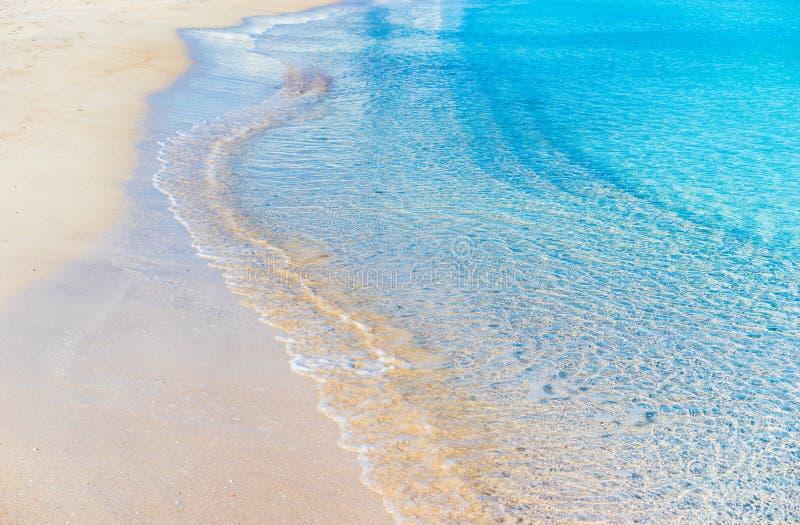 与白色沙子、明白蓝色海水和安静的美丽的海滩挥动 库存图片