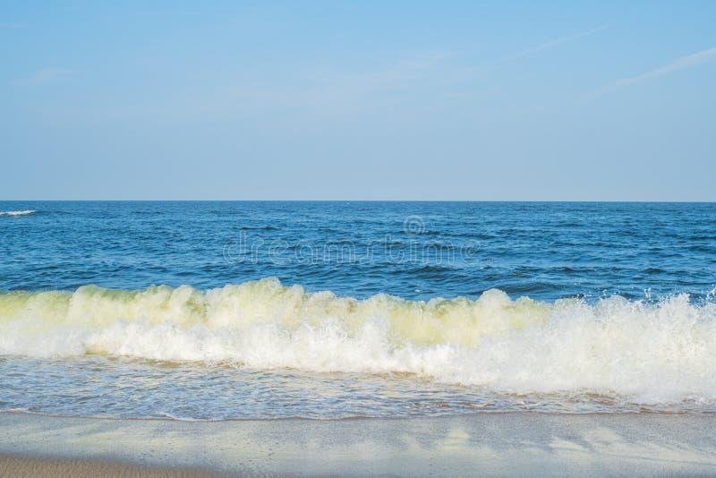 ?? 与白色沙子和天空蔚蓝的海滩 免版税库存图片
