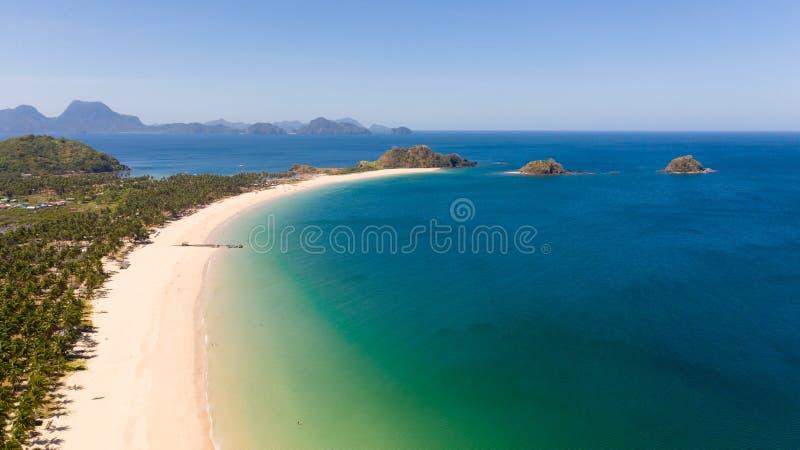 与白色沙子和小海岛,顶视图的宽热带海滩 免版税库存图片