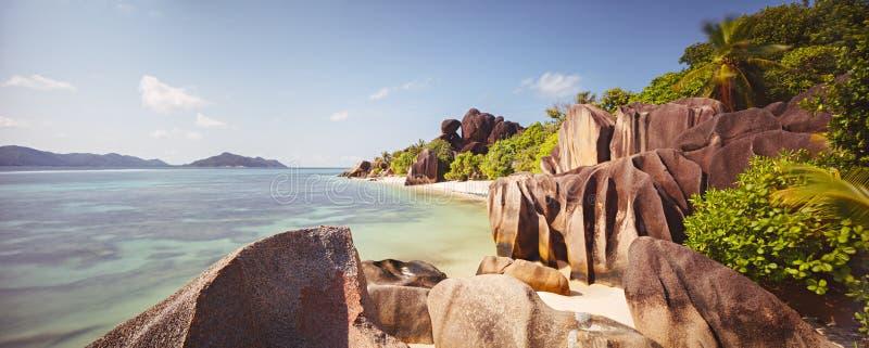 与白色沙子和椰子树旅行旅游业宽全景背景概念的热带天堂海滩 免版税库存照片