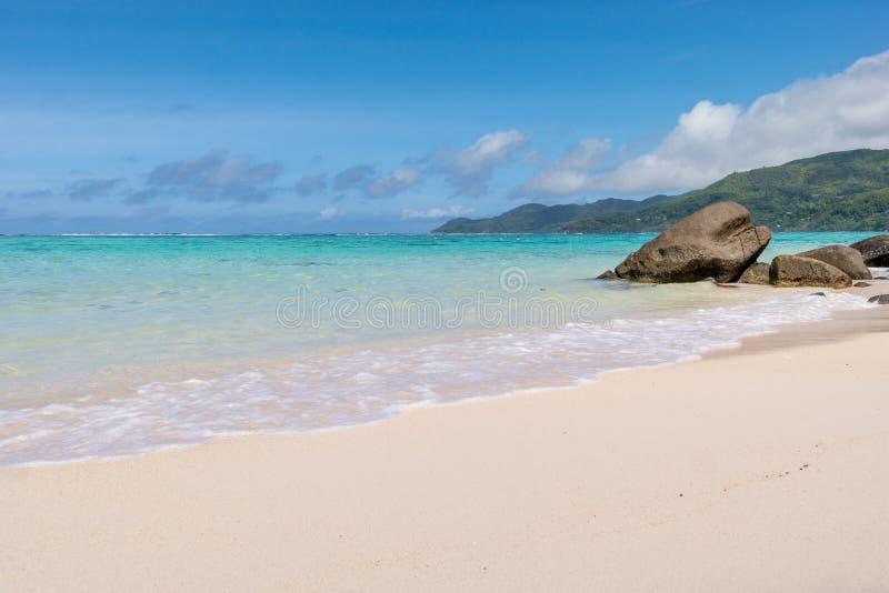 与白色沙子的平静的海湾,蓝天、花岗岩石头和绿松石海仙境的靠岸,塞舌尔群岛非洲 免版税库存照片
