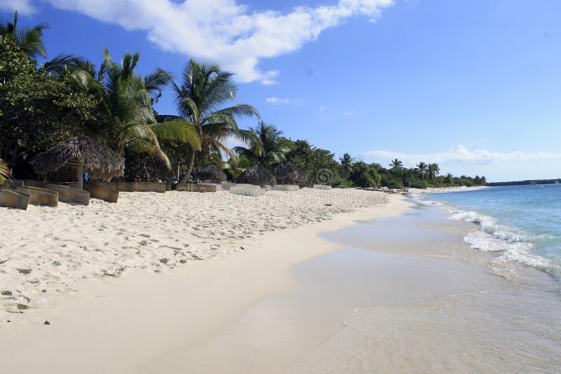 与白色沙子的热带海岛海滩 免版税库存照片