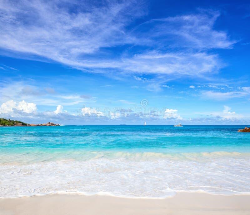 与白色沙子的风景海景在海滩和海洋` s绿松石浇灌 热带海滩田园诗的场面 塞舌尔群岛 免版税库存图片