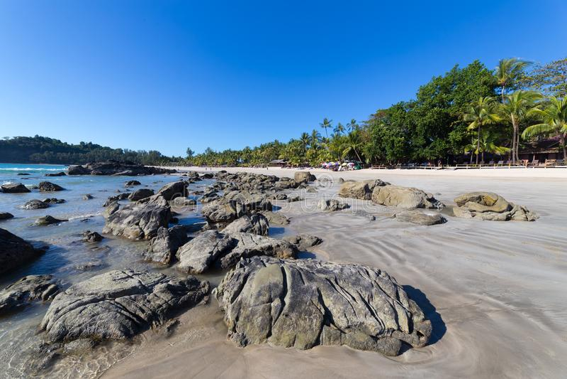 与白色沙子的Ngapali海滩,在缅甸 图库摄影