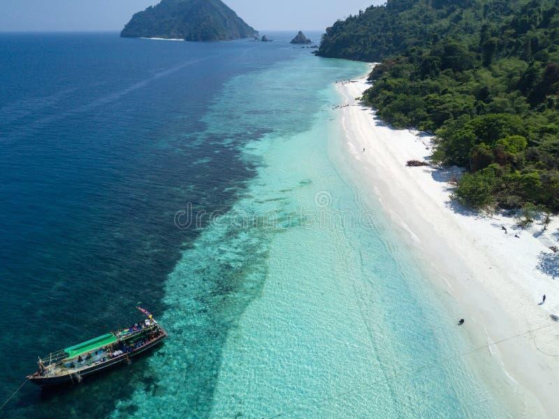 与白色沙滩的Nyaung Oo Phee lsland 从d的鸟瞰图 库存照片