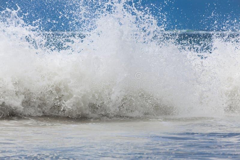 与白色泡沫的大海浪 狂暴的海洋风暴 图库摄影