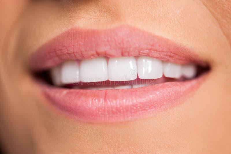 与白色牙的微笑的女性嘴 库存图片
