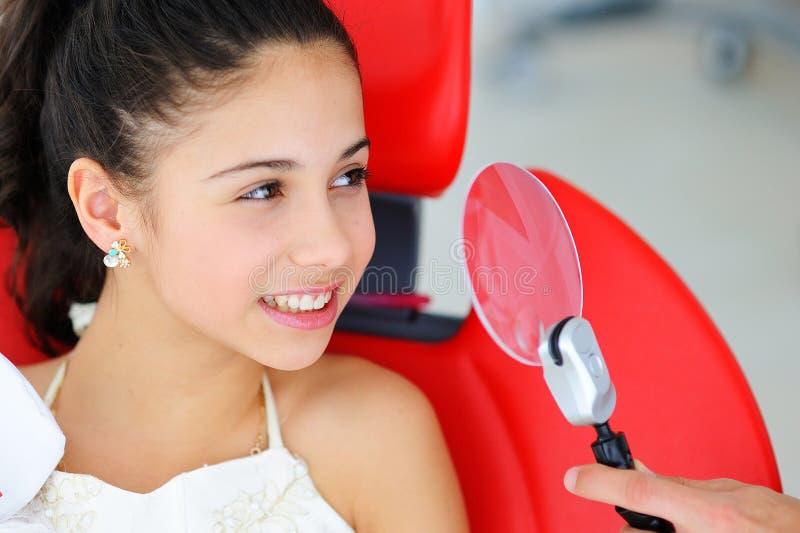 与白色牙的美好的微笑 牙医审查一年轻美女的口腔 免版税库存图片