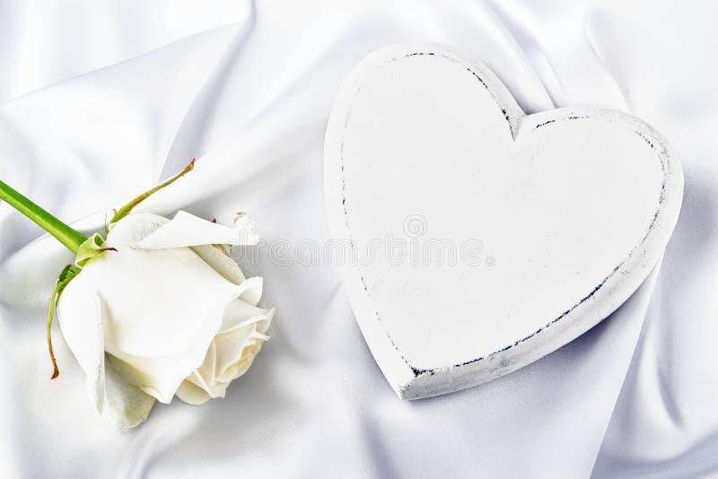 与白色玫瑰的白色心脏 图库摄影