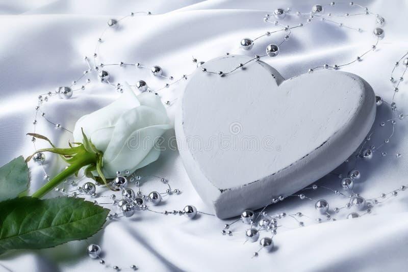 与白色玫瑰的白色心脏 免版税库存照片