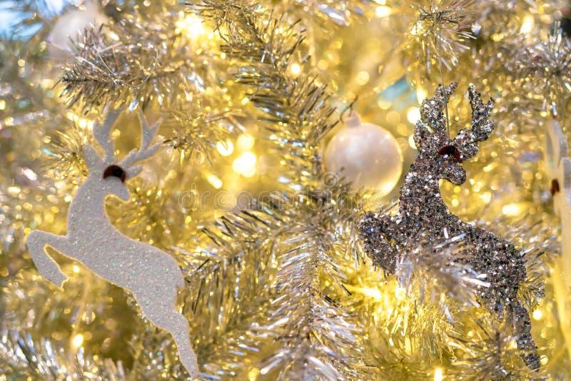 与白色球、银色驯鹿和红色熊和金黄光的接近的圣诞树装饰 另外的背景格式xmas 圣诞节 库存照片