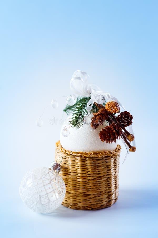 与白色球的简单的圣诞节装饰 免版税图库摄影