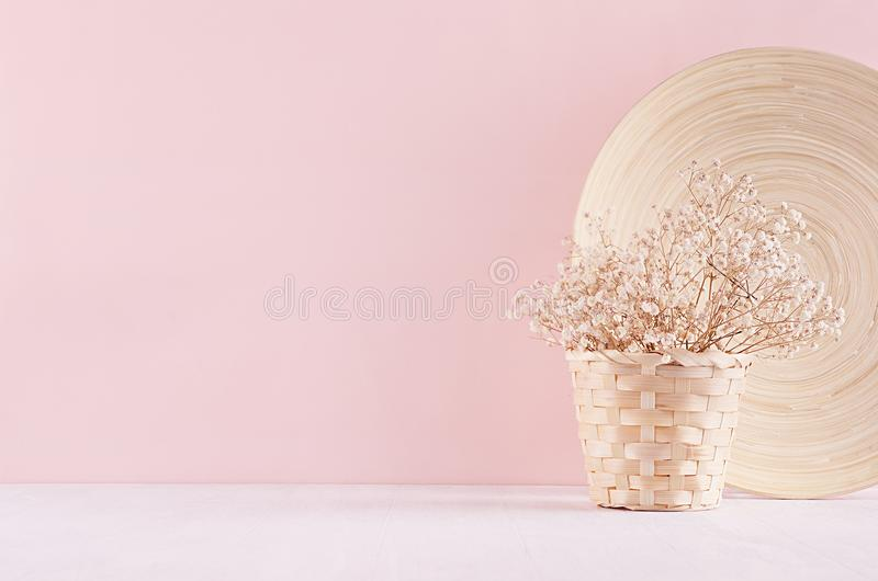 与白色的现代简单的艺术桃红色家装饰烘干了花,在柔光白色木桌上的竹盘 免版税图库摄影
