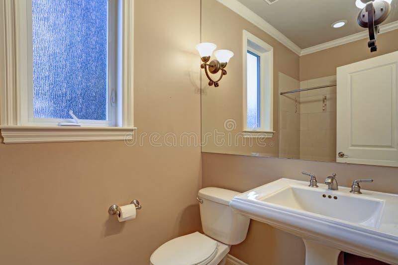 与白色盥洗盆的新近地被更新的卫生间内部 免版税库存照片