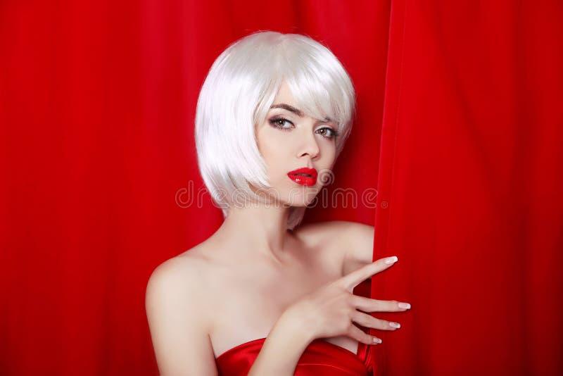 与白色短发的时尚秀丽白肤金发的画象 构成 是 免版税库存图片
