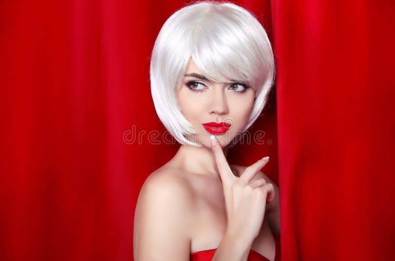 与白色短发的时尚秀丽白肤金发的画象 构成 是 库存图片