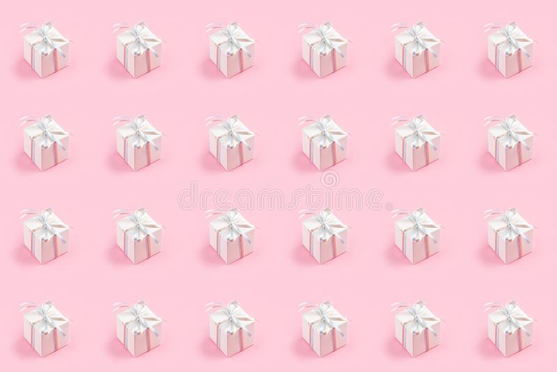 与白色礼物盒的无缝的样式在桃红色背景 库存照片